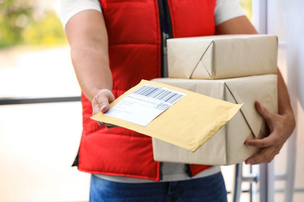 Za pośrednictwem jakich sposobów można dostarczyć paczkę drogą kurierską?
